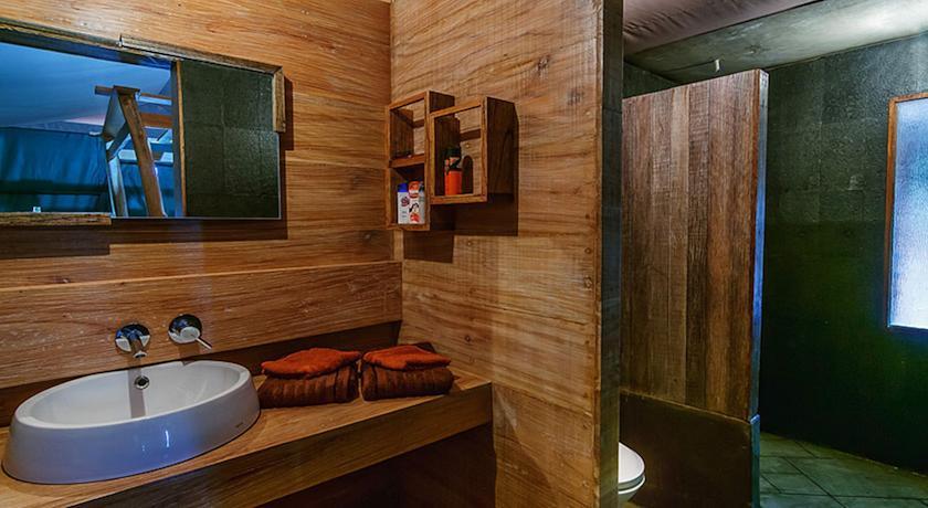 sang-giri-tents-bathroom