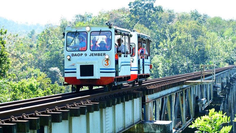 10-3-Lori-Wisata---Jembatan-by-antarafoto