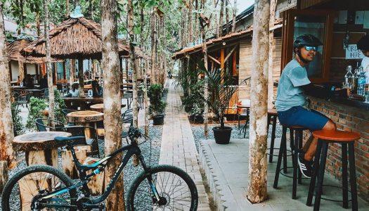 Tempat ngopi tersembunyi di Tangsel ini ada di tengah hutan jati! – Kebun Latte