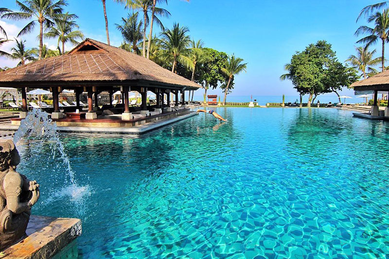 9 luxury resort pools in bali where you can swim in on a for Luxury resorts in bali indonesia