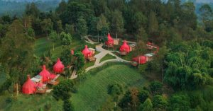 This stay in the chilly highlands of Lembang (Bandung) lets you enjoy sunset from a jacuzzi and sleep in onion-shaped tents!
